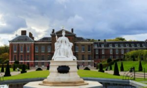 Prince Harry and Prince William commissioned a statue at Kensington Palace to honor their mother