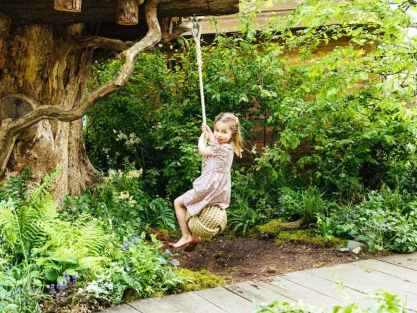 George, Charlotte And Louis Visit Mom Kate's Chelsea Flower Show Garden